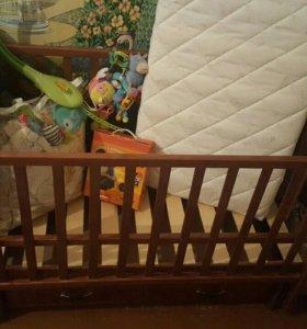 Детская кроватка- маятник и подарки к ней