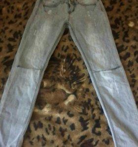 Серые джинцы с дырками на коленках