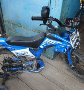 детский велосипед и автомобиль