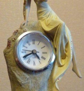 "Кварчевые часы ""Девушка на камне"""
