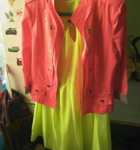 Легкое салатовое платье, с розовым пиджаком.