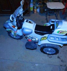 Электромобиль-мотоцикл, на трёх колёсах.