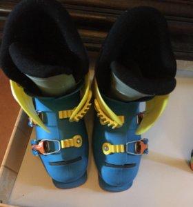 Лыжи и горнолыжные ботинки