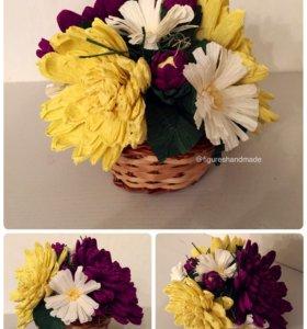 Хризантемы и ромашки из бумаги в корзинке