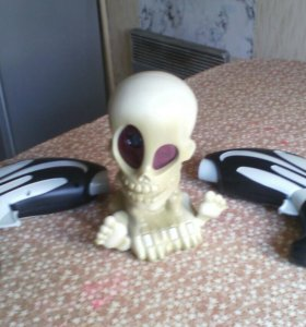 Пугающиеся скелет с бластерами