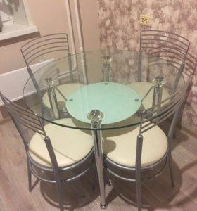 Стеклянный обеденный стол со стульями