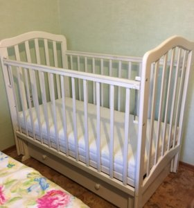Детская кроватка с маятником и матрасом