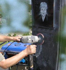 Стираю портреты на памятниках на кладбище