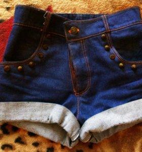 Джинсовые шорты с завышенной талией.