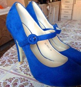 Новые туфли ярко синего цвета