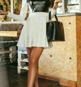 Платье с коженными вставками.