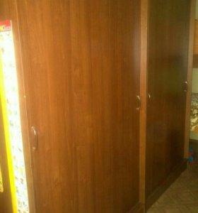 Шкафы для одежды с раздвижными дверями.