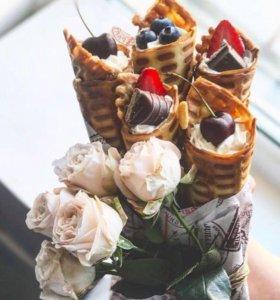 Оригинальные букеты из вафельных трубочек и цветов