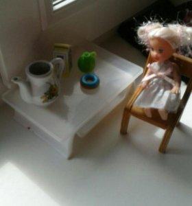 Столик, чайник,молока в коромочке,пончик и стул
