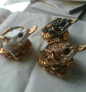 Фарфоровые лягушки