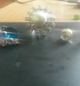 Продам кольцо и две пары серьг