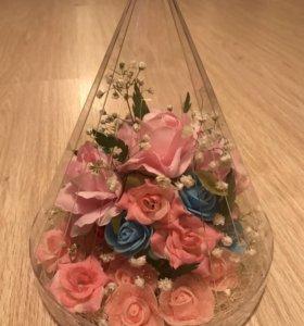 Искусственные цветы в колбе