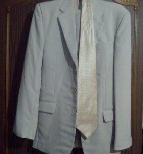 Костюм с рубашкой и галстуком