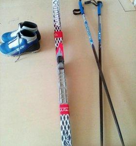 Лыжи,палки,лыжные ботинки.