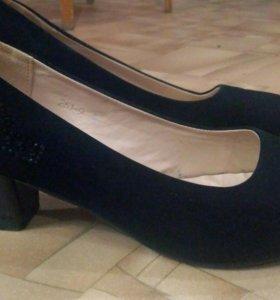 Чёрные туфли на каблуке.