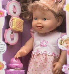 Кукла ест мороженное с аксессуарами