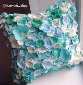 Декоративная подушка из фетровых цветочков