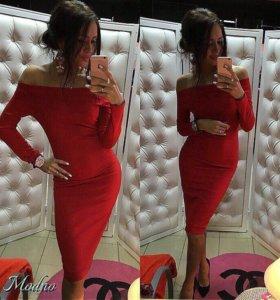 Платье красное на плечиках