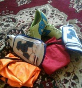 Футбольные пренодлежности-буцы,щитки и манишки