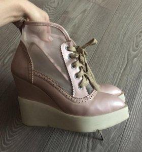 Ботинки светло-розовые.