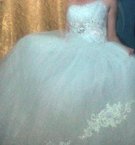 Свадебное платье, фата, перчатки.