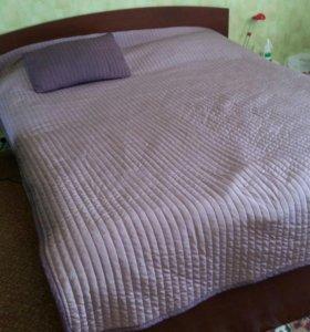 Кровать с матрасом.