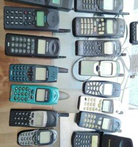 Коллекция старых мобильных телефонов