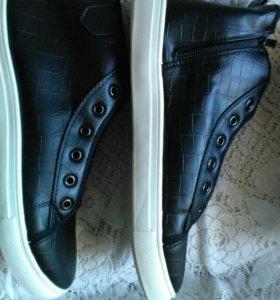 Мужские кроссовки. Новые.
