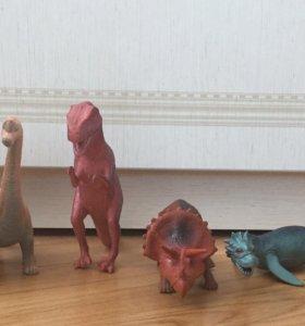Игрушечные динозавры.