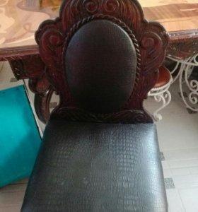 Стол и стулья резные на лапах