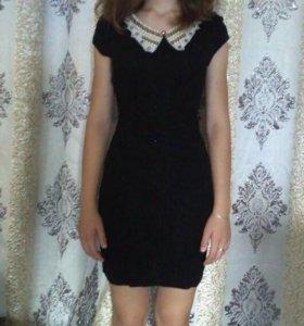 Облегающее чёрное платье с воротником