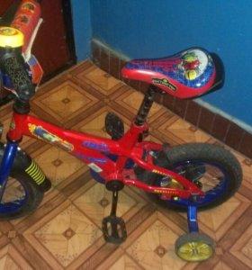 Детский велосипед с дополнительными колесами