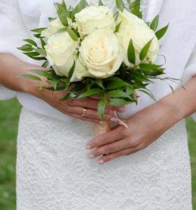 Кружевное свадебное платье, туфли, шубка.