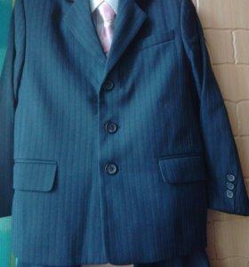 Костюм( пиджак,брюки,белая рубашка,галстук)