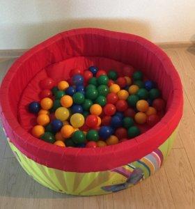 Бассейн с цветными шарами