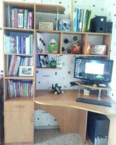 Компьютерный столик с полочками