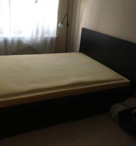 Продаётся двуспальная кровать.