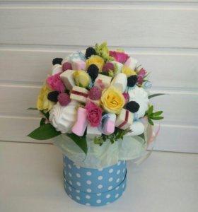 Букет сладости и цветы в коробочке