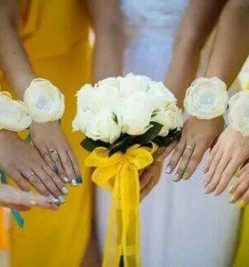 Бутоньерки, браслеты подружек невесты