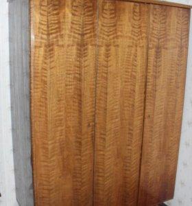 Шкаф трехстворчатый на ножках деревянный