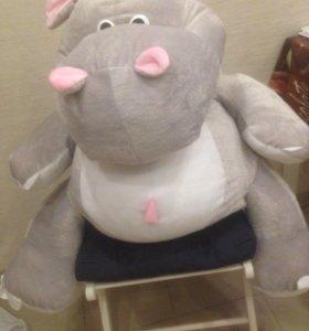 Большая игрушка бегемот