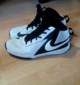 Кроссовки баскетбольные Nike team hustled 7 39разм