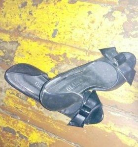 Туфли новые, одеты один раз есть небольшие коцки