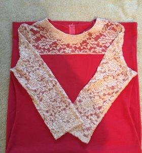 Трикотажное коралловое платье с кружевами