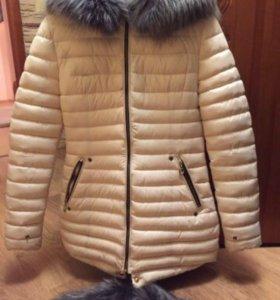 Зимняя куртка красивого молочного цвета.